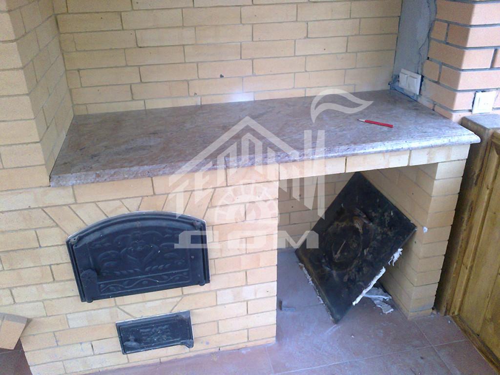 Барбекю с плитой под казан, столешницей из гранита, деревянные дверки из массива лиственницы 1 (4)