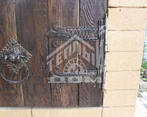 Деревянная дверка из массива лиственницы, ковка
