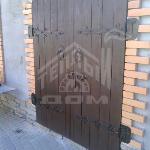 Деревянные ворота из масива лиственницы с коваными элементами