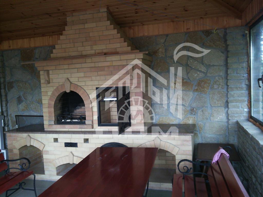 Кухня барбекю коптильней и столами (2)