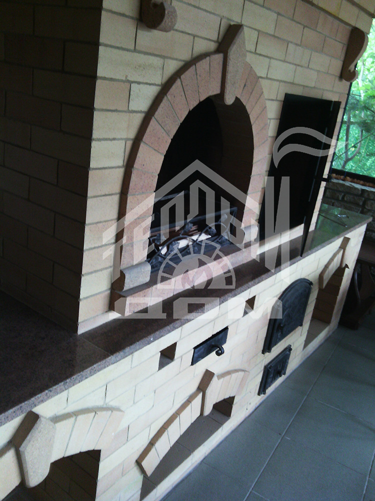 Кухня барбекю коптильней и столами (5)