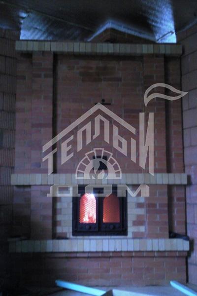 Печь-камин с духовкой, плитой, топка камина сквозная 2-х сторонняя, вид с обратной стороны