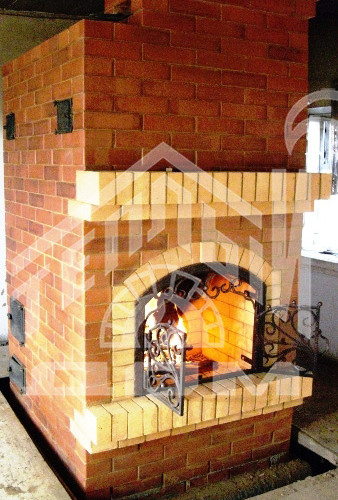 Печь-камин с кованой дверцей