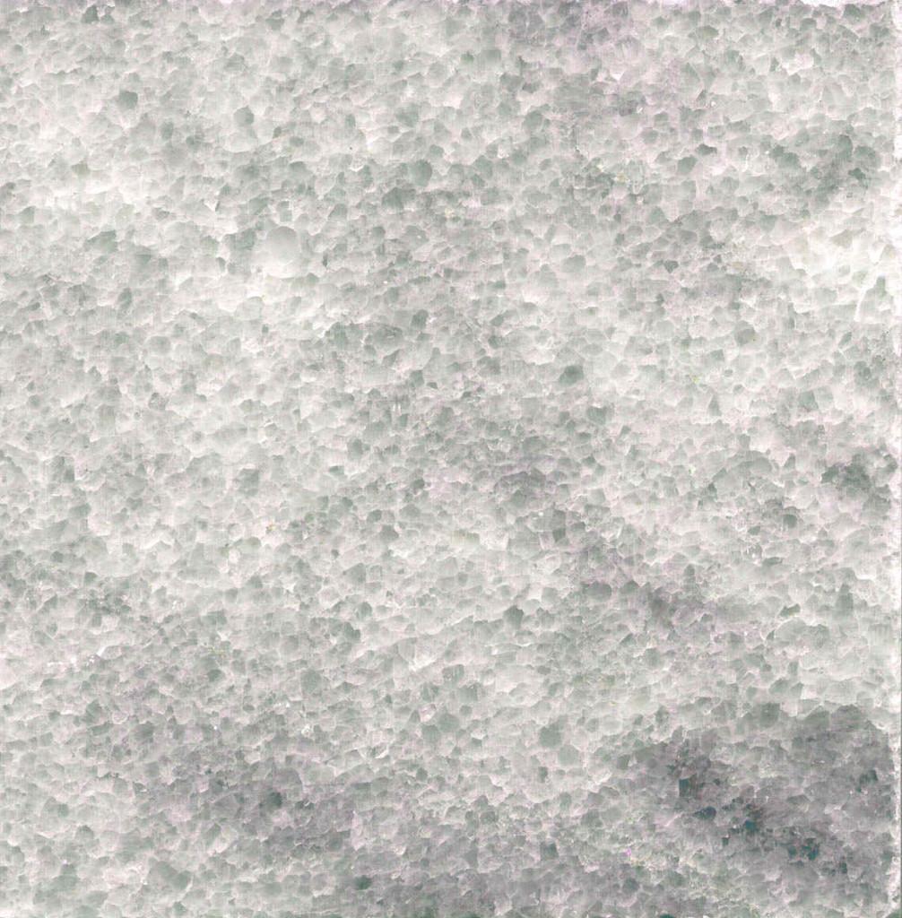 Мраморский, насыщен полупрозрачными кристаллами, создающими галло-графический эффект